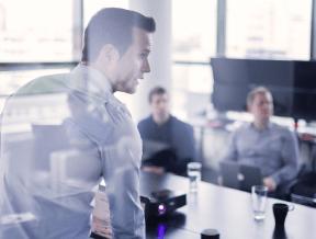 Jak się ubrać na szkolenie firmowe? Krótki poradnik dla mężczyzn