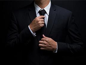 Jak zawiązać krawat? Dwa najpopularniejsze węzły krok po kroku