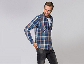Z czym ją łączyć i jak nosić jeansową męską koszulę?