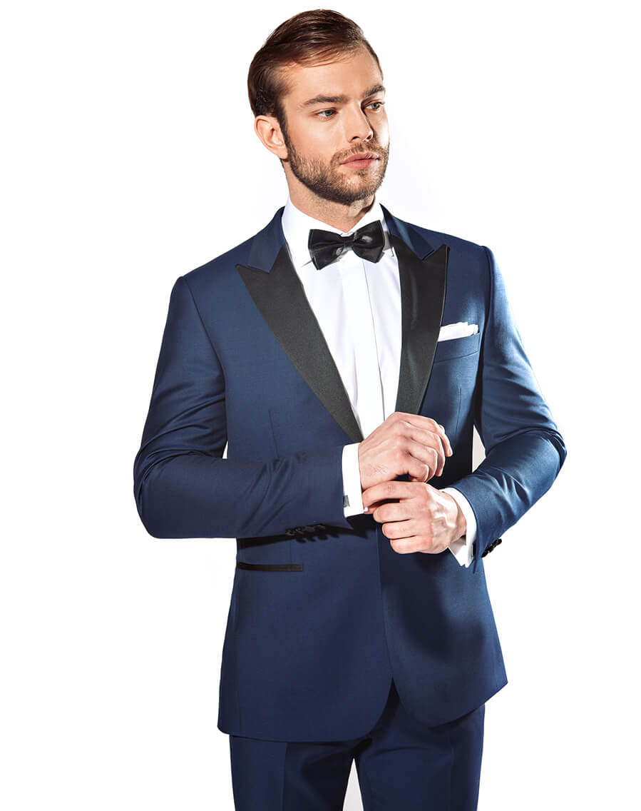 8faffc127c3fb Wybierając ślubny garnitur jak najbardziej warto uwzględnić obowiązujące  trendy w modzie, ale także wziąć pod uwagę czy w danym zestawieniu czujemy  się po ...